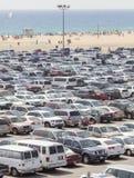 圣塔蒙尼卡码头停车处充满汽车 免版税库存图片