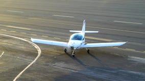 圣塔蒙尼卡,加利福尼亚美国- 2016年10月07日:在跑道的飞机着陆 股票录像