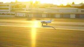 圣塔蒙尼卡,加利福尼亚美国- 2016年10月07日:在跑道的飞机着陆 股票视频