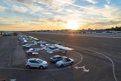 圣塔蒙尼卡,加利福尼亚美国- 2016年10月07日:航空器停车处在机场 图库摄影