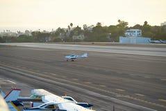 圣塔蒙尼卡,加利福尼亚美国- 2016年10月07日:航空器停车处在机场 免版税库存照片
