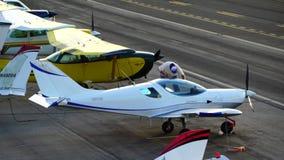圣塔蒙尼卡,加利福尼亚美国- 2016年10月07日:航空器停车处在机场 影视素材