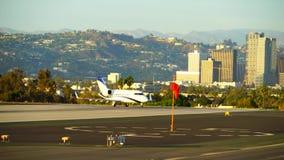 圣塔蒙尼卡,加利福尼亚美国- 2016年10月07日:飞机离开 股票录像