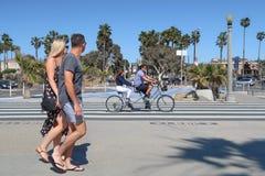 圣塔蒙尼卡,加利福尼亚,美国03 31 2017骑纵排自行车的男人和妇女在洋锋步行 免版税库存图片