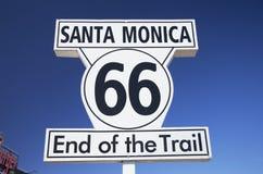 圣塔蒙尼卡,加利福尼亚,美国5/2/2015,寻址66个标志圣塔蒙尼卡码头,著名路线66高速公路的末端从芝加哥的 免版税库存图片