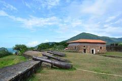 圣塔巴巴拉堡垒废墟的大炮在特鲁希略角,洪都拉斯 免版税图库摄影