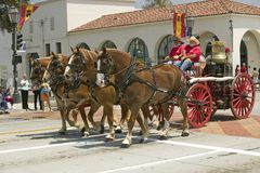 圣塔巴巴拉拉扯老消防车的消防队在营业日游行下降状态街道,圣塔巴巴拉,加州,老西班牙语期间 免版税库存照片