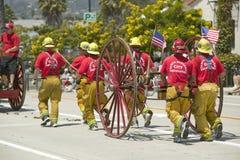 圣塔巴巴拉拉扯老消防车的消防队在营业日游行下降状态街道,圣塔巴巴拉,加州,老西班牙语期间 库存图片