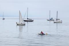圣塔巴巴拉, CALIFORNIA/USA - 8月10日:人划船充气救生艇  免版税库存图片