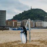 圣塞瓦斯蒂安或Donostia是一个沿海城市和位于比斯开湾,西班牙的海岸 海岸的冲浪者 免版税库存图片