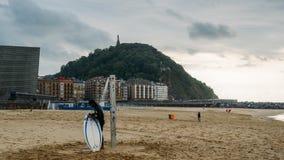 圣塞瓦斯蒂安或Donostia是一个沿海城市和位于比斯开湾,西班牙的海岸 海岸的冲浪者 免版税图库摄影