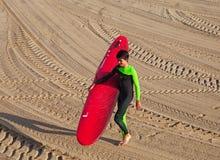 圣塞瓦斯蒂安或Donostia海岸的冲浪者  库存照片