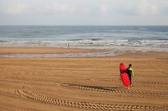 圣塞瓦斯蒂安或Donostia海岸的冲浪者  免版税库存照片