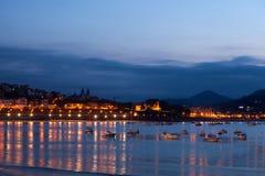 圣塞瓦斯蒂安海湾在晚上,西班牙 免版税库存照片