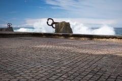 圣塞瓦斯蒂安,西班牙- 2018年3月16日:风景风/派内县del viento雕塑的梳子爱德华多奇利达 库存照片