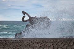 圣塞瓦斯蒂安,西班牙- 2018年3月16日:风景风/派内县del viento雕塑的梳子爱德华多奇利达 库存图片