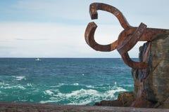 圣塞瓦斯蒂安,西班牙- 2018年3月16日:风景风/派内县del viento雕塑的梳子爱德华多奇利达 免版税库存照片