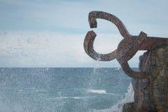 圣塞瓦斯蒂安,西班牙- 2018年3月16日:风景风/派内县del viento雕塑的梳子爱德华多奇利达 免版税图库摄影