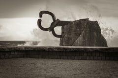 圣塞瓦斯蒂安,西班牙- 2018年3月16日:风景飞溅由风/派内县del viento雕塑的梳子挥动 库存照片