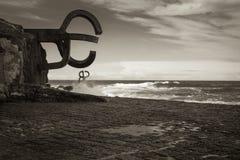 圣塞瓦斯蒂安,西班牙- 2018年3月16日:风景飞溅由风/派内县del viento雕塑的梳子挥动 免版税库存图片