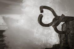 圣塞瓦斯蒂安,西班牙- 2018年3月16日:风景飞溅由风/派内县del viento雕塑的梳子挥动 免版税图库摄影