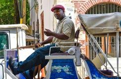 圣多明哥,多米尼加共和国 在殖民地区域供以人员驾驶一个用马拉的支架在哥伦布公园附近 库存照片