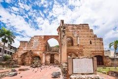 圣多明哥,多米尼加共和国- 2017年8月8日:在圣巴里尼古拉斯医院的废墟的看法  复制文本的空间 库存照片