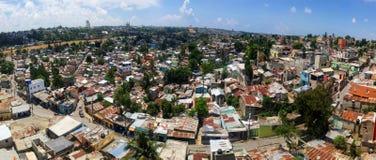 圣多明哥,多米尼加共和国- 2017年4月14日:在Ozama河旁边的贫民区 免版税库存照片