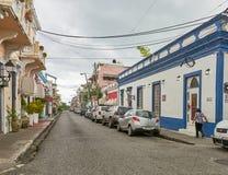 圣多明哥,多米尼加共和国- 2017年3月24日:Zona殖民地居民狭窄的街道在圣多明哥,多米尼加共和国 库存照片