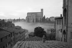 圣多梅尼科,锡耶纳,托斯卡纳,意大利大教堂Cateriniana或大教堂薄雾的 黑色白色 库存照片