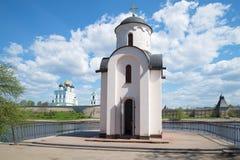 圣奥尔加教堂在普斯克夫克里姆林宫,晴天的背景的 普斯克夫俄国 免版税库存图片