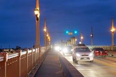 圣奥斯丁, 2018年4月8日:城市沿桥梁的夜交通  库存图片