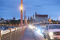 圣奥斯丁, 2018年4月8日:城市沿桥梁的夜交通  库存照片