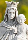 圣女玛丽亚的被加冠的雕象 免版税图库摄影