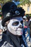 圣安东尼奥,得克萨斯- 2017年10月28日有面孔油漆的人和头骨装饰了高顶丝质礼帽庆祝D的Dia de Los Muertos/天 库存照片