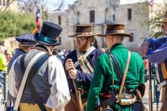 圣安东尼奥,得克萨斯- 2018年3月2日-作为19世纪战士打扮的人参加Alam的争斗的再制定 免版税图库摄影