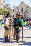 圣安东尼奥,得克萨斯- 2018年3月2日-作为19世纪战士打扮的人参加Alam的争斗的再制定 免版税库存照片