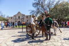 圣安东尼奥,得克萨斯- 2018年3月2日-作为19世纪战士打扮的人参加Alam的争斗的再制定 库存图片