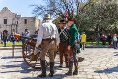 圣安东尼奥,得克萨斯- 2018年3月2日-作为19世纪战士打扮的人参加Alam的争斗的再制定 库存照片