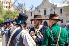 圣安东尼奥,得克萨斯- 2018年3月2日-作为19世纪战士打扮的人参加Alam的争斗的再制定 图库摄影