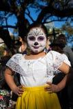 圣安东尼奥,得克萨斯- 2017年10月28日-死的庆祝的Dia的de Los Muertos/天女孩佩带的面孔油漆 免版税图库摄影