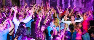 圣安东尼奥,得克萨斯- 2017年11月4日-跳舞并且唱歌在印度屠妖节灯节的被弄脏的人民,其中一多数 免版税库存照片