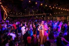 圣安东尼奥,得克萨斯- 2017年11月4日-跳舞并且唱歌在印度屠妖节灯节的被弄脏的人民,其中一多数 免版税库存图片