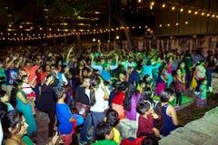 圣安东尼奥,得克萨斯- 2017年11月4日-跳舞并且唱歌在印度屠妖节灯节的被弄脏的人民,其中一多数 库存图片