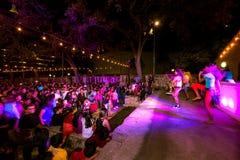 圣安东尼奥,得克萨斯- 2017年11月4日-跳舞并且唱歌在印度屠妖节灯节的被弄脏的人民,其中一多数 图库摄影