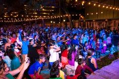 圣安东尼奥,得克萨斯- 2017年11月4日-跳舞并且唱歌在印度屠妖节灯节的被弄脏的人民,其中一多数 免版税图库摄影
