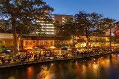 圣安东尼奥,得克萨斯- 2017年11月27日-人们有吃饭的客人,并且在Riverwalk的饮料在圣安东尼奥用圣诞节lig装饰了 库存照片