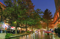 圣安东尼奥Riverwalk在晚上 库存照片