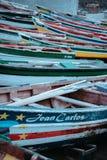 圣安唐岛海岛,佛得角- 2017年12月26日:等待在好海岸的多彩多姿的地方渔船  免版税库存照片