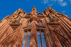 圣安妮教会在维尔纽斯,立陶宛,自1495以来 红砖墙壁和大Windows 图库摄影